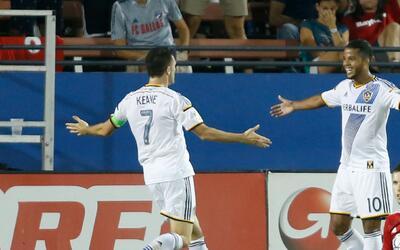 Giovani dos Santos y Robbie Keane celebran un gol ante FC Dallas