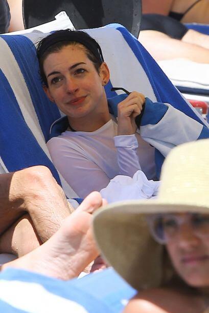 Hathaway descansó en un camastro cubriéndose de una toalla, al parecer e...