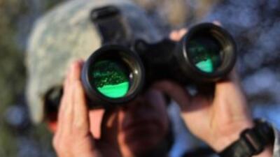 Un soldado de la Guardia Nacional vigila un sector de la frontera en Ari...