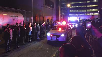 Los compañeros de Holder le rinden homenaje al pasar la ambulancia.