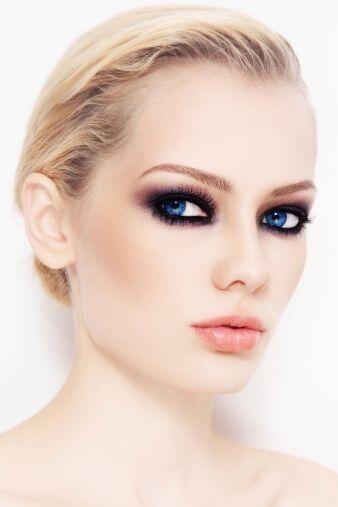 Un delineado más 'smoky eyes' será otra alternativa para las tardes y no...
