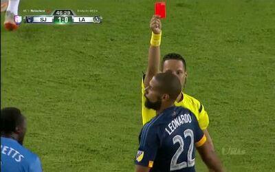 Expulsión!! El árbitro saca la roja directa a José Leonardo Ribeiro da S...