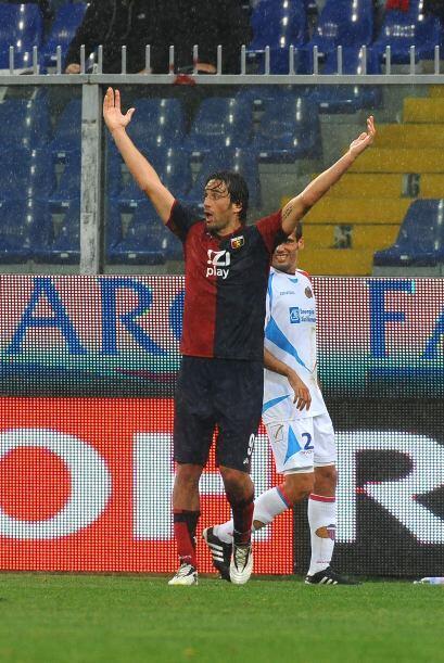 El atacante Luca Toni se fue del duelo sin poder anotar en favor de los...