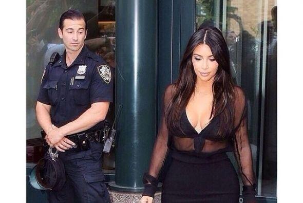 Pero lo más curioso es esta imagen, donde vemos al policía...