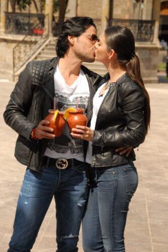 ¡Un brindis por el amor!  Ana y Luis hacen una bella pareja.