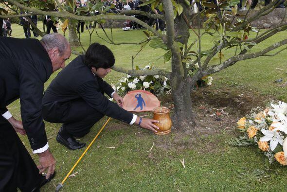 Javier llevó la urna de su padre hasta la casa familiar, donde tuvo luga...