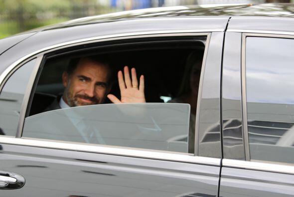 El príncipe Felipe se despide, mano en alto, del equipo de Univis...