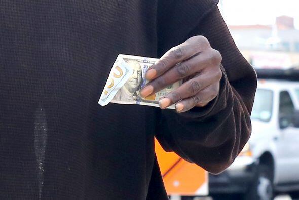 ¡Le dio un billete de 100 dólares! Mira aquí los videos más chismosos.