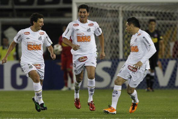 Santos, en la imagen festejando en el partido, es tercero y el Deportivo...