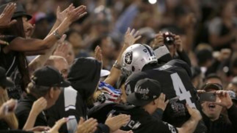 Derek Carr lanzó tres pases de anotación y los Raiders sorprendieron a l...