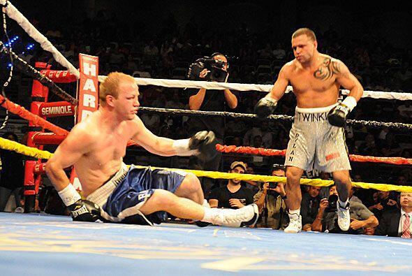 Baue cayó a la lona, y aunque se pudo levantar Joey Hernández fue al rem...