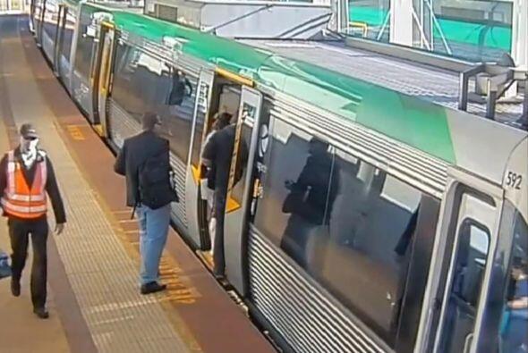 El hombre caminaba de manera normal cuando al entrar al tren su pierna s...