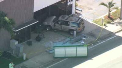 SUV se estrella contra parada; dos personas heridas