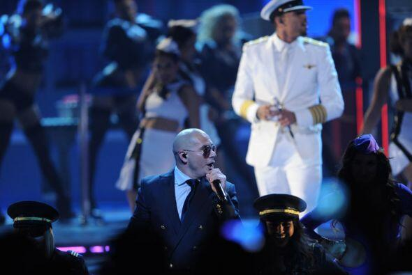 Pitbull y Chris Brown lucieron como todos unos apuestos capitanes.