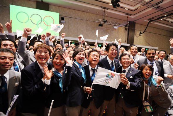 Miles de japoneses gritaron de alegría y festejaron con efusividad al co...