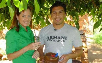 Salvador Cabañas junto a la periodista Tifani Roberts, del equipo de Aqu...