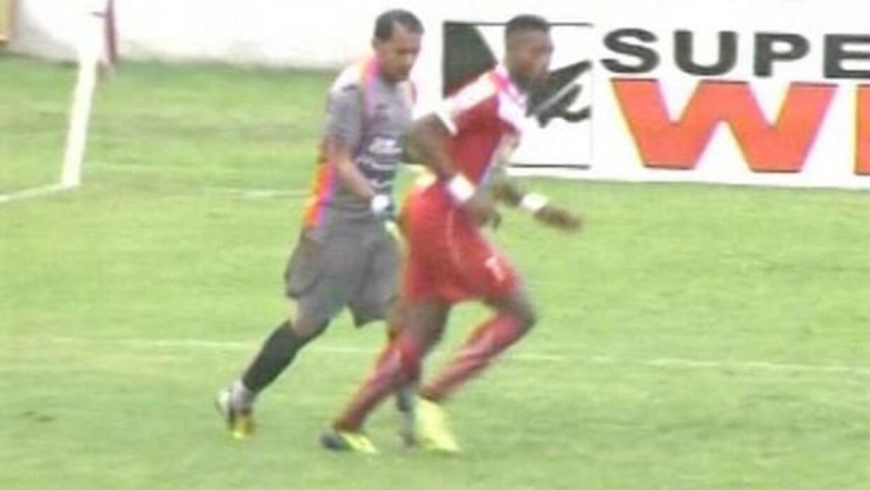 El momento en que Junior Morales le da unas palmadas a Henry Martínez.