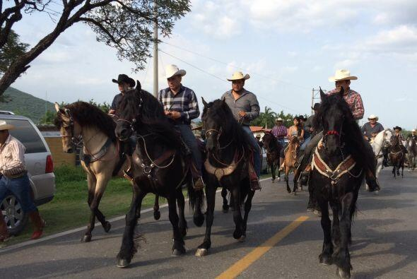 Admiradores y familiares de Joan Sebastian realizaron una cabalgata en s...