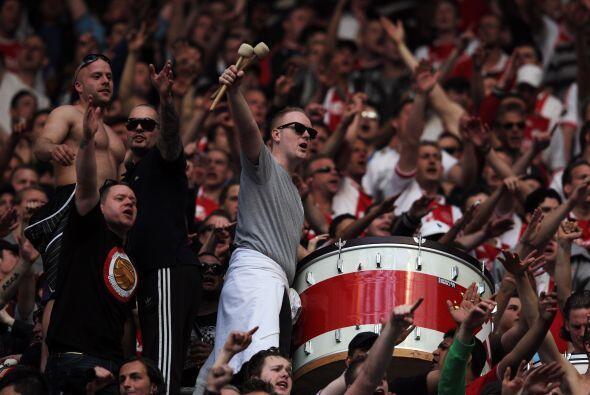 """La afición del Ajax se llevó un """"pequeño tambor"""" para apoyar a su equipo."""