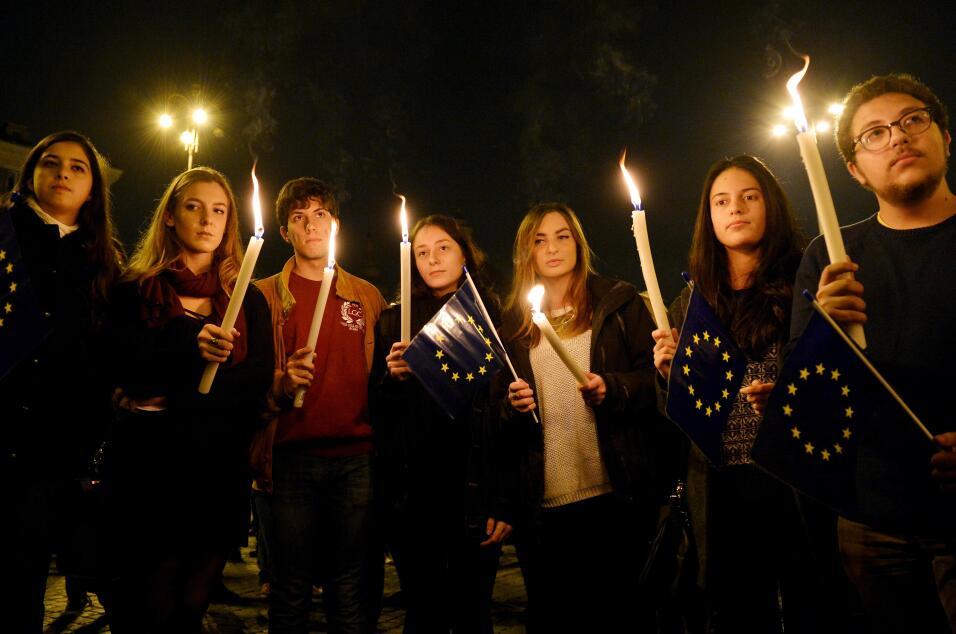 jóvenes reunidos en la Piazza del Popolo en Roma, Italia