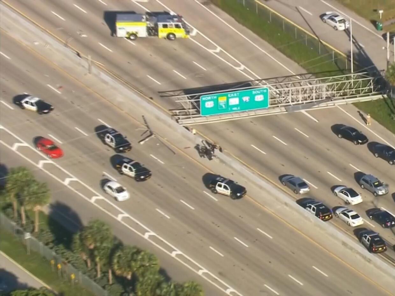 La autopista Palmetto fue cerrada al tráfico luego que camión derrumbara...