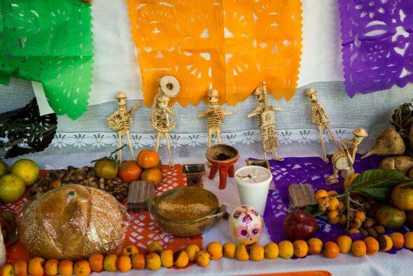Otro altares más elaborado para honrar a los difuntos incluyenn guisados...
