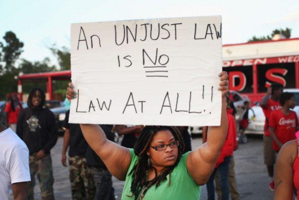 Los habitantes de Ferguson, Misuri, se enfrentaron a la policía p...