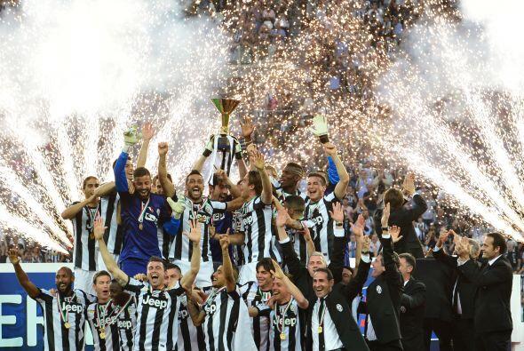 Juventus recibió el trofeo de campeón de Italia luego de su partido ante...
