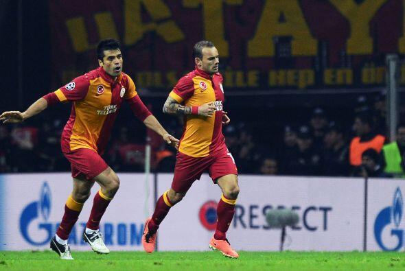 Emmanuel Eboué acercó al Galatasaray con un golazo y Sneij...