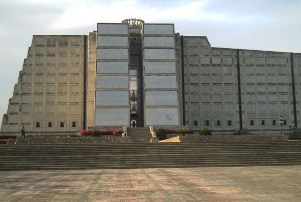 Faro en honor a Colón en Santo Domingo, República Dominicana, donde algu...