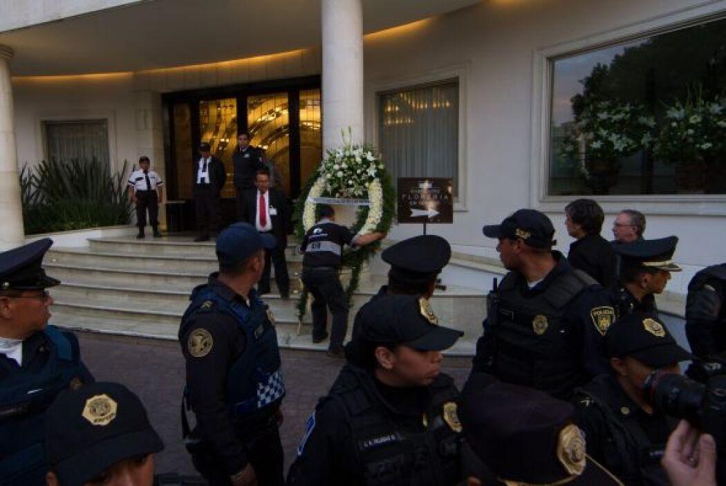 El Instituto Nacional de Bellas Artes envió un arreglo con flores blanca...