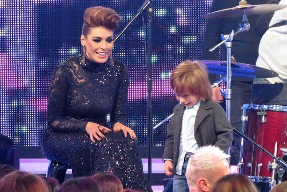 Mateo se subió al escenario con su mami durante uno de los descan...
