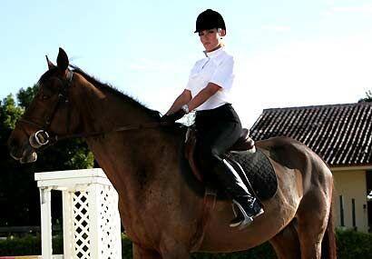 Bajo Las Riendas Del Amor era la historia de Montse, una campeona de equ...