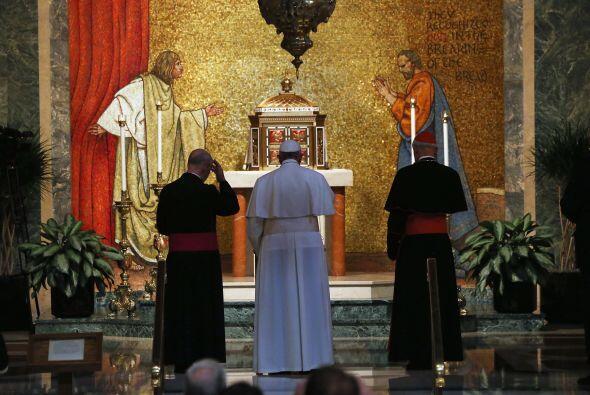 Francisco en el altar de la Capilla del Santísimo Sacramento para una or...