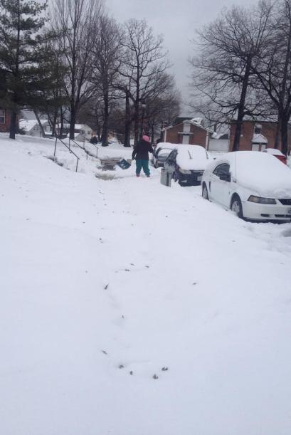 Varias personas tuvieron que salir a remover la nieve con sus palas, com...
