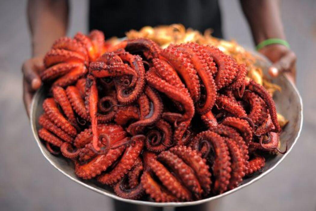 En el mercado de pescado Kivukoni en el centro de Dar es Salaam, Tanzani...