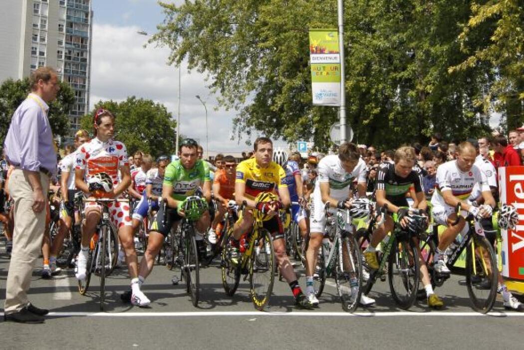 El Tour guardó un minuto de silencio, antes del arranque, por los atenta...