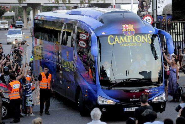 El Barcelona se fue de España con el aliento de sus hinchas.
