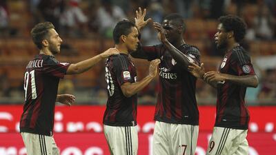 Carlos Bacca anotó el primer gol en la victoria del AC Milan.