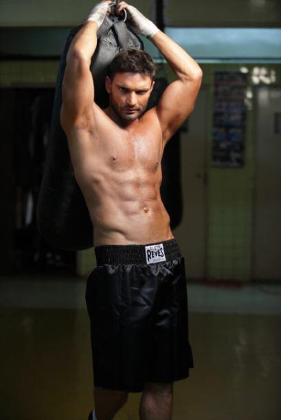 Julián Gil luce un abdomen de infarto.
