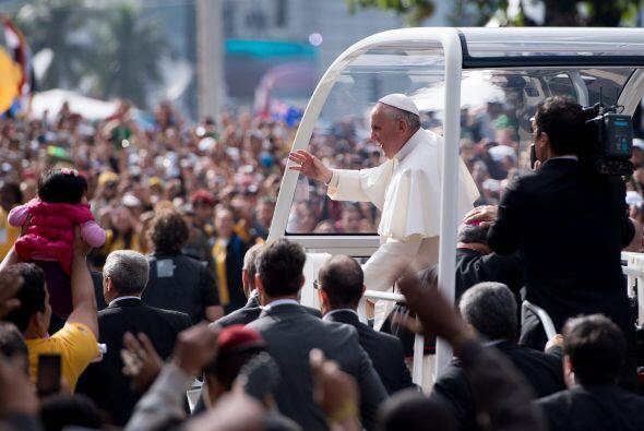 3. En el mes de julio, millones de personas acompañaron al papa F...