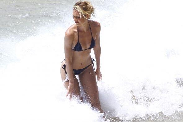 Candice Swanepoel llegó a calentar las playas de Brasil posando muy sexy...
