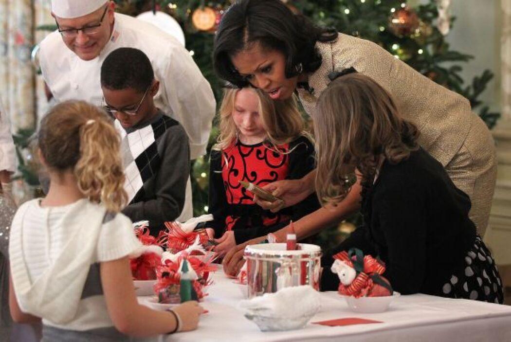 La Sra. Obama ayudó a los pequeños a decorar sus dulces y galletas navid...