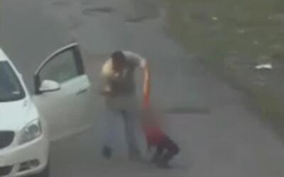 Hombre enfrentará a la justicia tras ser captado en cámara golpeando un...