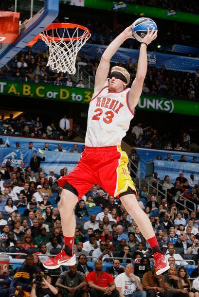 2012 - Chase Budinger de los Houston Rockets rinde homenaje al ganador d...