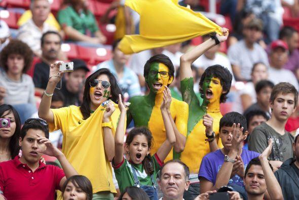 Mientras que estos jovenes fanáticos brasileños demostraron pintandose e...