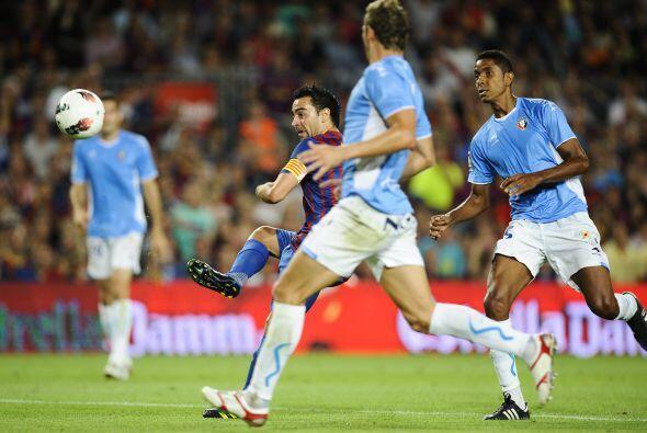 Ya en el segundo tiempo, Xavi recibió un pase de Messi y definió con una...