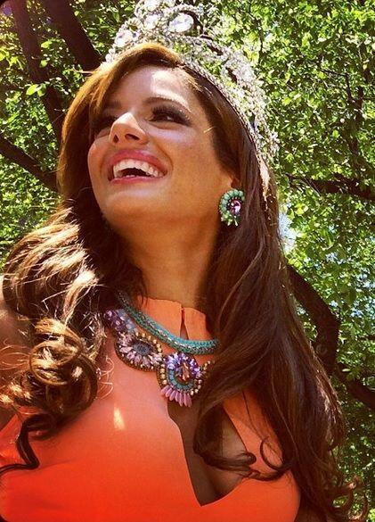 Con la hermosa sonrisa que la caracteriza, desfila por las calles de Nue...