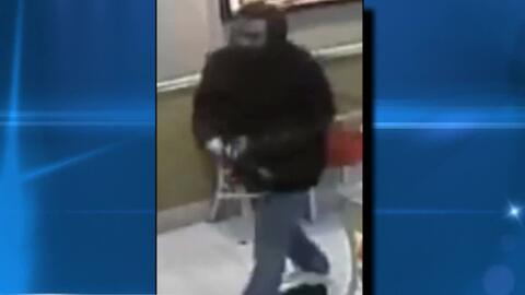 Autoridades buscan a un hombre que agredió a una mujer dentro de un Burg...