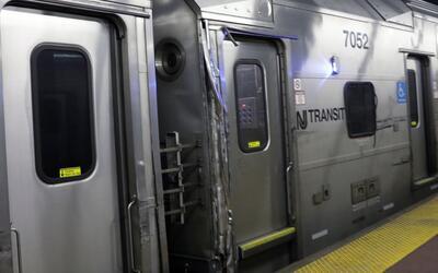 Imagen del daño que sufrió un tren de New Jersey Transit t...
